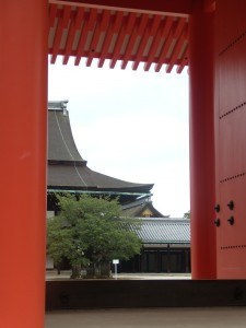 Vue par les portes rouges de l'entrée du palais royal