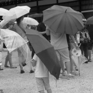 une nuée de parapluie presque aussi grands que les enfants les portant