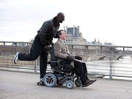 Le handicap au cinéma de nos jours: courses sur fauteuil roulant électrique