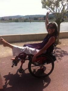 doucebarabre sur un fauteuil roulant en roue arrière avec la jambe gauche en l'air