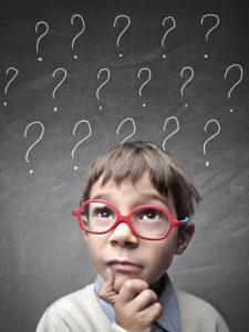 enfant avec lunette rouge, en position de réflexion avec point d'interrogation blanc au dessus de sa tête