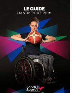 une jeune femme en fauteuil roulant avec un ballon de basket dans les mains prête à le lancer