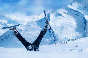 skieur dont celle les jambes à l'enver et les skis sortent de la neige
